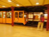 歴史のある地下鉄も元気に走ってました。
