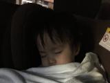 快適な車中でスヤスヤと眠るうちのカワイコちゃん(ふたりめ)