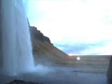 滝の裏からの夕日