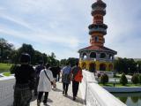 バンパイン宮殿をツアー参加者と観光中