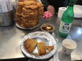 広蔵市場で昼食。隣のおじさんが、マッコリくれました。
