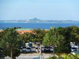 海洋博記念公園入り口から伊江島を望む