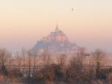 夕日に染まるモンサンミッシェル(ホテルの部屋からの眺望)