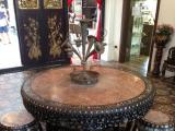 プラナカンマンションにある貝細工のテーブル