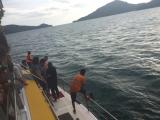 海へダイブ!船の後ろに設定された網の上で、サンセットを楽しみました。