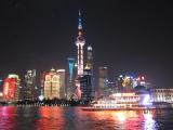 東方明珠塔と高層ビル群の灯り