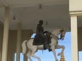 シルバーパゴダ内ノロダム王の騎馬像