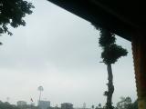 マイクロバスの車窓からホーチミン廟を望む。