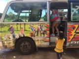 こちらツアーのお迎えバスに楽しい乗馬の風景が!娘も一気にテンションが上りました!