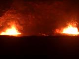 夜にキラウエア火山から噴き出る真っ赤な溶岩
