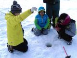 導遊詳細示範冰上垂釣方法