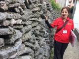 ガイドの和子さん。歴史や風習だけでなく、子供の頃の伊良部島の様子も教えてくれました。
