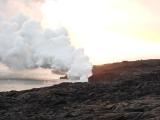 溶岩が海水に直接落ちるので大量の水蒸気が出ています。遠くからも見えます。