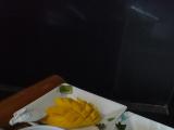 お花のお風呂に入りながら、優雅にマンゴー頂きました♪