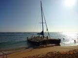 「シェラトンワイキキ」前のビーチから出航するマイタイ・カタマラン号