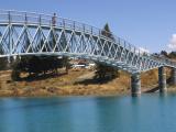 テカポ川に架かる歩道橋を渡ると善き羊飼いの教会に行ける