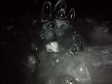 氷で覆われた床から伸びる氷筍