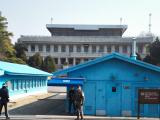 向こうの大きな建物が北朝鮮です。