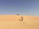 嬉しくて思わず砂漠の丘を駆け上がる友人たち。私もその後同じように駆け上がりました。楽しかったです!