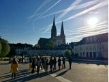 朝のシャルトル大聖堂、空に飛行機雲が伸びる日は天気がよい!