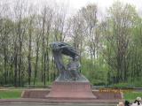 緑の中のショパンの銅像