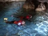 洞窟の中での気持ちのいい水遊び。