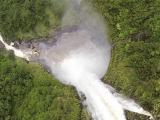 水量の多い迫力のアカカの滝が撮れました。
