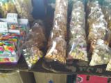マーケットにて。お菓子も安くて美味しそうでした。