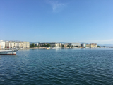 レマン湖から眺めるジュネーブの美しい街並み