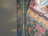 ガラス張り床から下を見た風景です