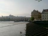 集合場所のカレル橋から眺めた光景(奥にはプラハ城)