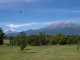 ポポカテペトル山(左)の噴火