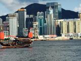 朝イチにパスをもらいにフェリー乗り場へ    コンチネンタルから徒歩5分くらいで到着。まずは対岸の香港島をパシャ!  スタッフが大勢見えてスムーズでした