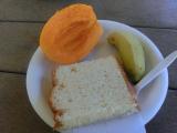 パンとフルーツの朝食