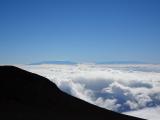 ハレアカラ頂上から。奥に見えるのがマウナケアとマウナロア