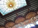 天井のステンドグラス。周りのバラの細工も細かい。