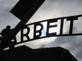 有名な「ARBEIT MACHT FREI」の門です