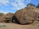ウェーブロックの上にある岩