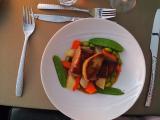 メイン 鴨の胸肉とファアグラのポワレ春野菜添え