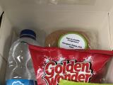 水、サンドイッチ、ポテトチップス、干し葡萄、クッキー