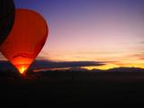 出発準備中の熱気球。気球を熱で膨らませています。朝日もきれいでした。