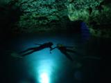 浮躺在海上欣賞折射上來的水波紋路,彷彿我們就像是海底的一部分