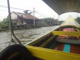 水上マーケットへの高速ボート