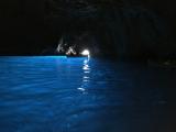 青の洞窟。波もなく、すぐ入れました。