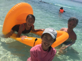 很乾淨的貝殼沙灘 但是很曬 ,建議穿著長袖防曬泳衣